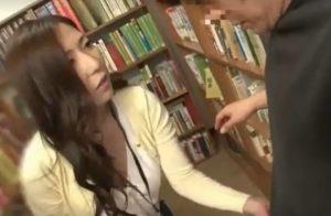 人妻が図書館で、イケメンを誘惑
